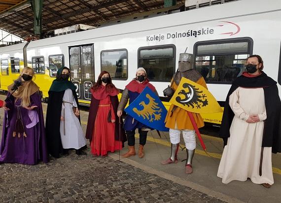 Rycerze w pociągu Kolei Dolnośląskich. Przewoźnik uczcił 780. rocznicę bitwy pod Legnicą