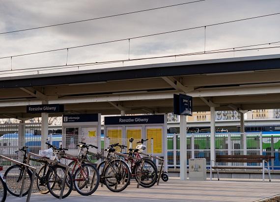 W całej Polsce jest nieco ponad 13,5 tys. stojaków na rowery przy stacjach i przystankach