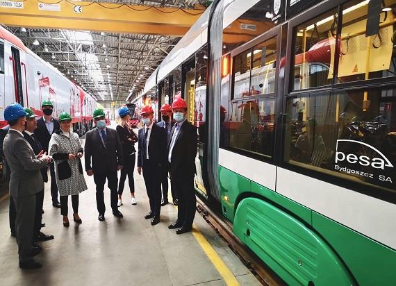 Pierwszy tramwaj dla Iasi gotowy. Burmistrz rumuńskiego miasta z wizytą w Pesie Bydgoszcz