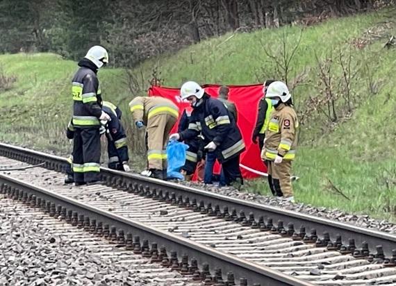 """Złapany 47-latek przez """"łowców pedofilów"""" po usłyszeniu zarzutów rzucił się pod pociąg"""