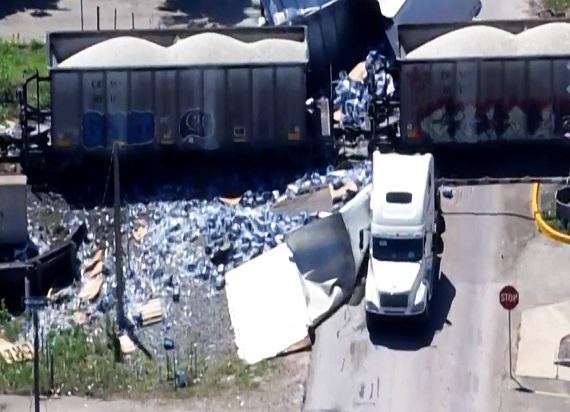Teksas: Ciężarówka zablokowała przejazd. Chwilę później wbija się w nią lokomotywa [WIDEO]