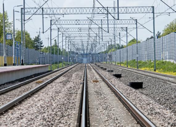 Ekrany z konkursu włączone w krajobraz ograniczą hałas obok linii kolejowych
